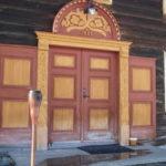 Hoveddør i gammel stil og håndskåret dekor.