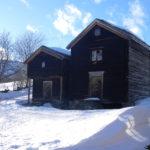 2 av gårdens fire stabbur er fra 1868 og har vært tatt ned, satt på såle og bygget opp igjen.