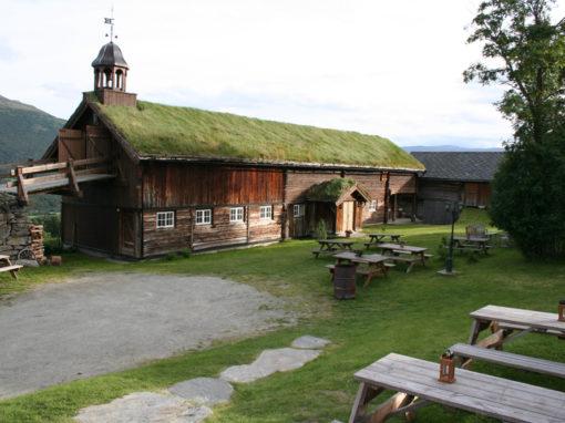 Fjøs med klokketårn fra Bjerkaker gård i Oppdal
